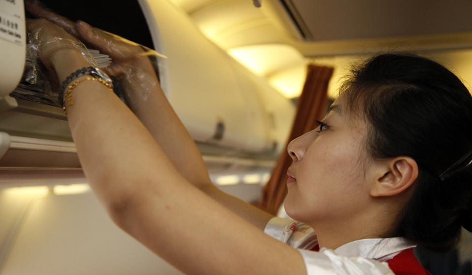 乘坐航班的人都为空姐那美丽、温柔和周到的服务所感染,但在旅客享受服务的同时,是他们前期艰辛的付出和辛勤的劳动。 今年24岁的周梦轩是一位来自浙江温州的美丽姑娘,目前是深圳航空公司无锡基地的一名乘务员,入行3年多来,已经积累了大量国内、国际航行经验。 在采访中,周梦轩表示航班往往是刚下完客就必须要更换乘务人员,以备下一航程使用,在飞机起飞前的短短十多分钟内,空姐们要完成卫生清洁、食物备餐、物品清点、座位准备、报刊分发等工作,时间非常紧张,在做完这些后就要面带微笑迎接旅客登机,并全程做好空中服务。周梦轩表示,