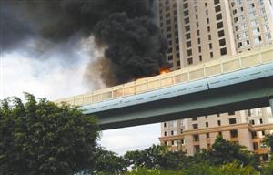 厦门/这是6月7日拍摄的厦门高架快速公交起火现场(手机拍摄)。新华...