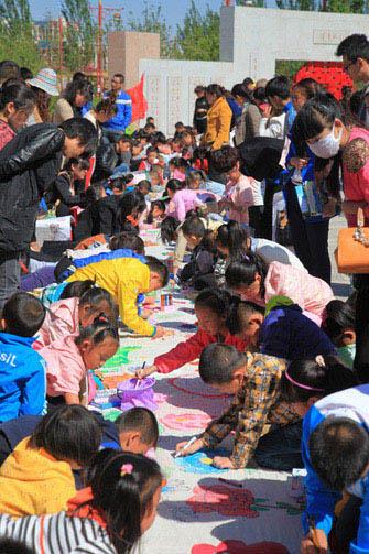 百名儿童绘牡丹