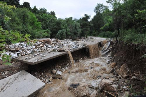 植物园山庄道路被毁