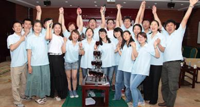 启动仪式上参会人员在香槟塔前祝贺活动正式启动