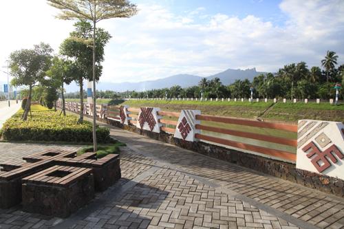 建造有景观飘台,廊亭,休息坐凳,安全护栏,园路及绿地,并利用黎苗族