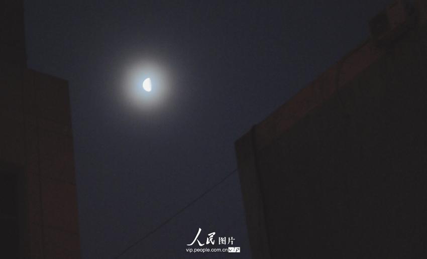 郑重声明:凡带有人民图片字样图片,未经许可,不得转载。 人民网1月24日电 22日晚至23日凌晨,甘肃张掖市天空出现月晕现象。据悉,月晕是月光经高空中的冰晶折射而形成的晕。月晕的出现,多预示着第二天会出现大风天气,因而民间有日晕三更雨,月晕午时风的谚语。 (王将)