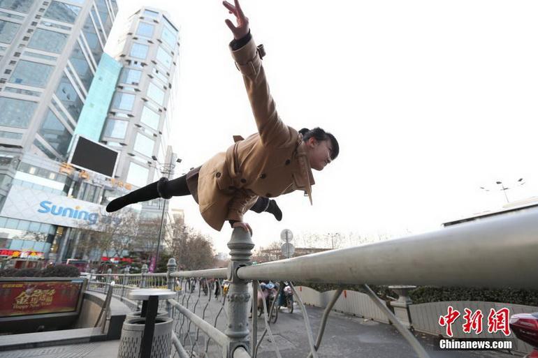 美女南京街头玩起单手支撑 用行为艺术倡导文