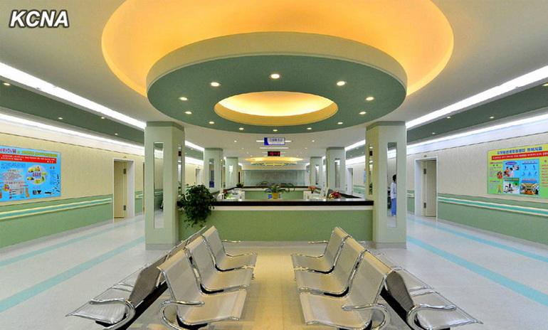 人民网1月27日讯 由朝鲜最高领导恩金正恩发起建设的朝鲜纹绣康复疗养院2013年12月6日在平壤市中心风光绮丽的大同江畔落成。这是一座具备现代化医疗设备和可进行神经功能、心脏功能康复治疗及各种物理治疗、外科治疗的医疗室、病房等一切必要条件的综合性医疗服务基地。近日,朝鲜官方媒体朝中社和《劳动新闻》公开了其内部各种设施和朝鲜民众进行康复治疗的情景。 朝中社报道称,金正恩发起建设此现代化康复疗养院,并领导整个建设工程。金正恩指导了许多设计方案,为建设康复院献出了全部心血。康复院项目完工后,他又送去最高级的医疗