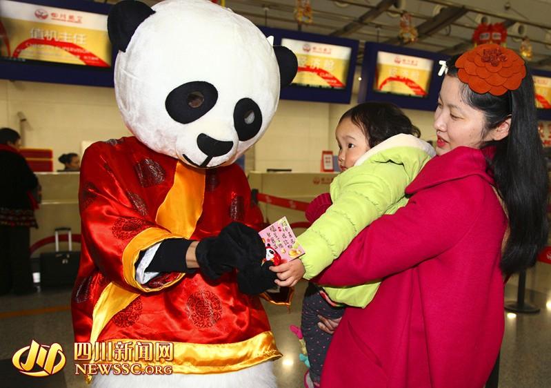 """可爱的""""大熊猫""""为小旅客们发放巧克力""""金币红包"""""""