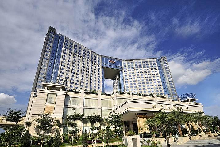 酒店外观设计新颖,由两座塔楼在21楼相连,形成壮观的凯旋门,气势宏伟