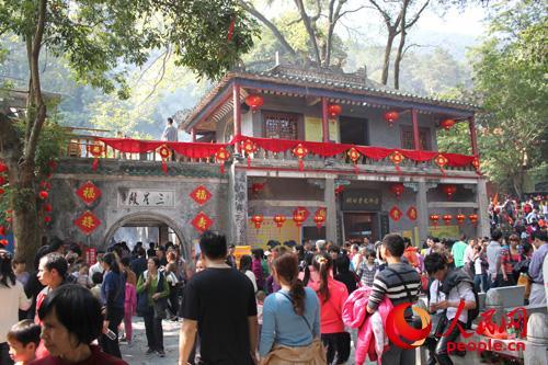 """游客如""""万马奔腾""""涌入广西桂平西山风景区"""