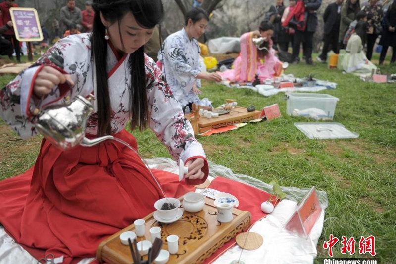 高清:武汉美女着古装展茶艺 引市民围观【2】