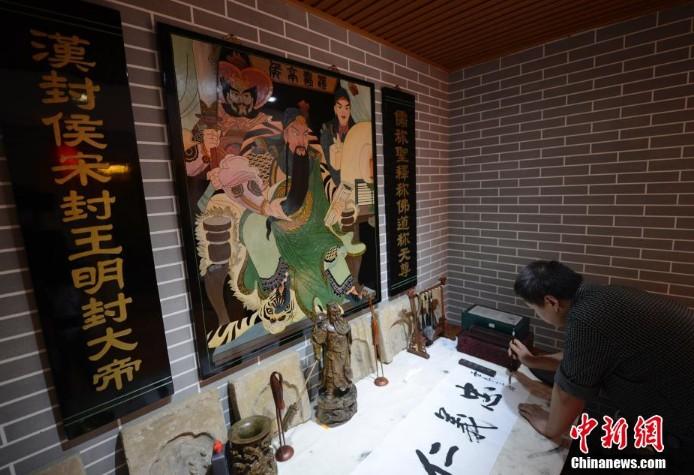 关公文化为主题的餐馆受到关注.该餐馆内设多处关公画像与雕