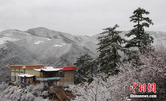 高清:兰州市兴隆山景区四月飘雪