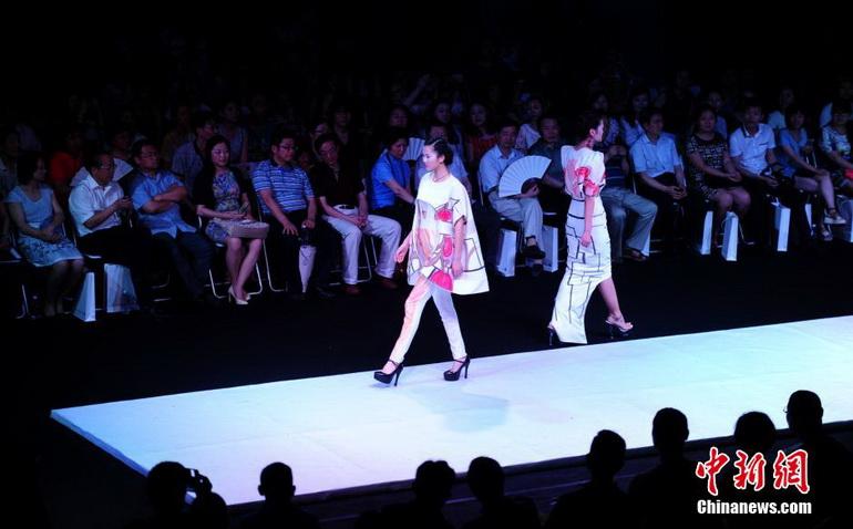 高清:武汉大学生服装设计毕业作品秀绽放t台【5】