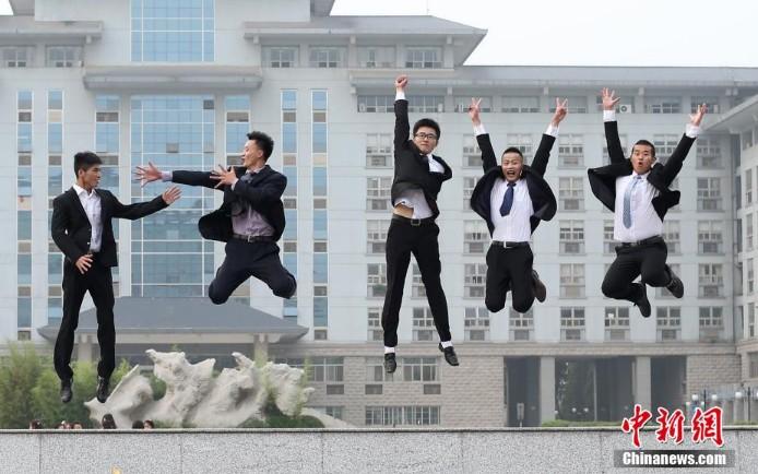 高清:南京毕业大学生告别校园留影青春