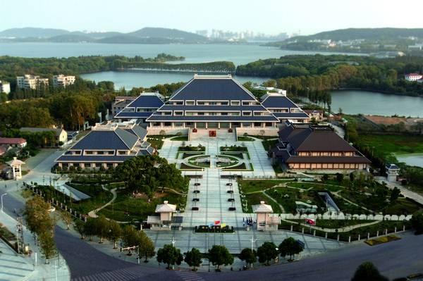 东湖生态旅游风景区位于湖北省武汉市中心城区,是以大型自然湖泊为核心,湖光山色为特色,旅游观光、休闲度假、科普教育为主要功能的旅游景区,首批国家级风景名胜区。其前身为民族资本家周苍柏于1930年创设的海光农圃。武汉解放后,更名为东湖公园,1950年12月2日,中南军政委员会以88号通令将东湖公园改称东湖风景区;1979年,东湖被列为国家自然风景区;1982年,国务院将东湖列为第一批国家重点风景区名胜区;2006年,中共武汉市委、武汉市人民政府批文成立了武汉市东湖生态旅游风景区管理委员会。 东湖