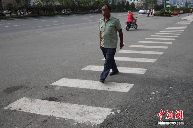 公路交通标志和标线设置规范》,人行横道线的最小宽度应为300
