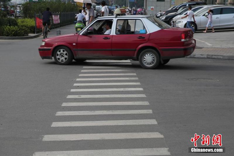 交通标志和标线设置规范》,人行横道线的最小宽度应为300厘