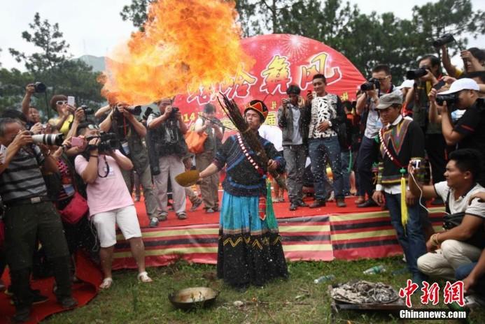 高清 四川凉山彝族火把节 祭司表演口吐火球