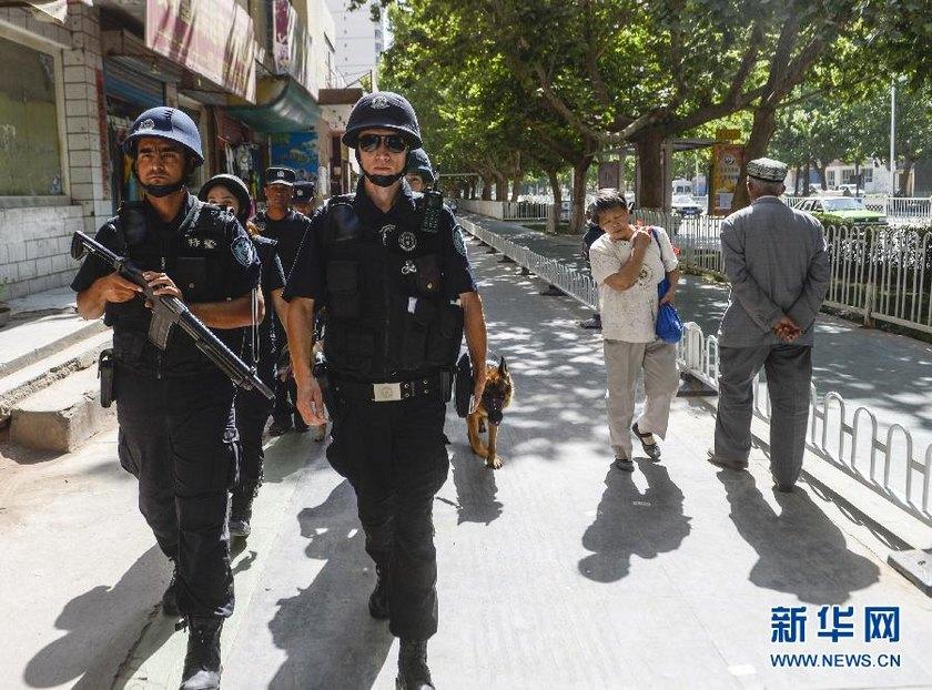 高清:直击新疆喀什一线特警 酷暑中的严酷训练