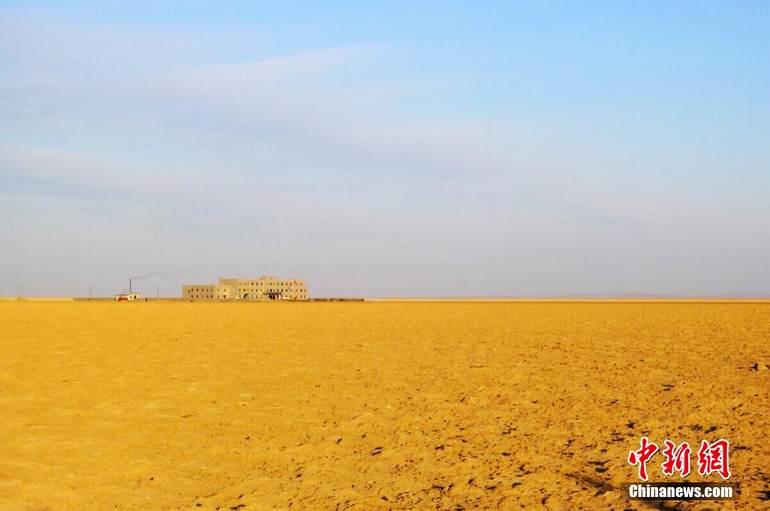 图为夕阳中远眺罗布泊镇政府,周边全部是盐碱地。罗布泊镇于2002年4月批准成立,是全国土地面积最大的乡镇,也是人口密度最小的乡镇。全镇土地面积约5.2万平方公里,大过台湾省、海南省,是浙江省的一半。这里的人口数没有准确数据,这里的居民大多是国投罗钾和周边矿山的从业者,以及围绕这些企业闯世界进来的吃、住、行、售、修等服务行业人员。 西海清歌 摄