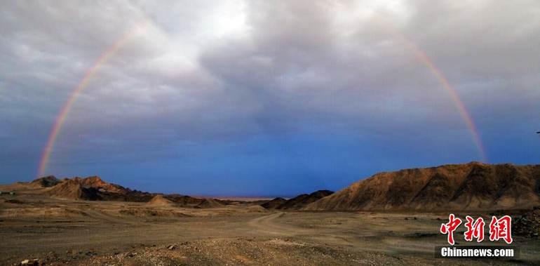 图为罗布泊戈壁滩里非常难得见到的彩虹。西海清歌 摄