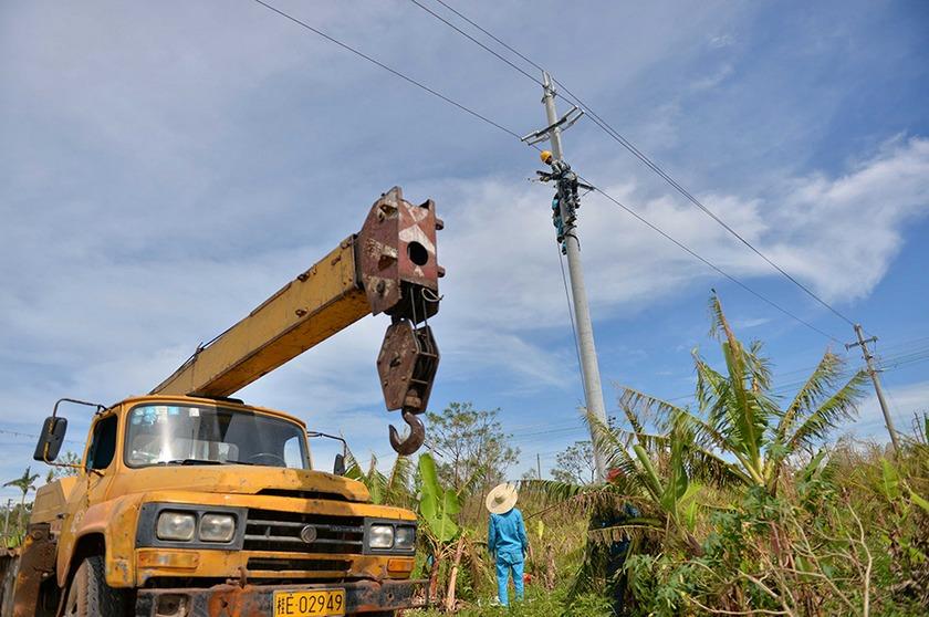 7月27日,在广西北海市涠洲岛,电力工人正在抢修供电线路.