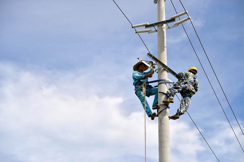 广西北海市供电部门连日来不断向涠洲岛运送电力抢修人员、设备等,加紧抢修因台风损毁的供电线路。目前,岛上4条供电主线路已全部抢通,岛上各村低压线路已供电约四分之一,有15个村庄恢复送电,预计28日将对另外8个村庄检测送电。新华社记者周华摄 高清推荐: *美女留学生路边练瑜伽引市民围观 *