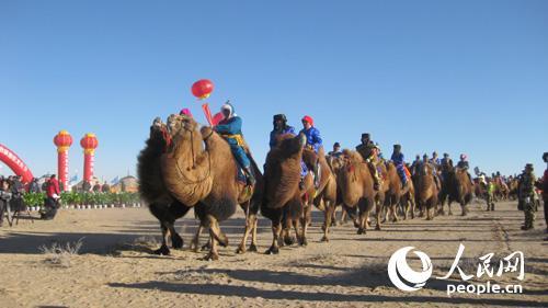 骆驼节上身着民族服饰的牧民骆驼方队