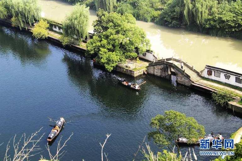 """8月21日在浙江绍兴东湖风景区拍摄的""""阴阳河""""景观"""