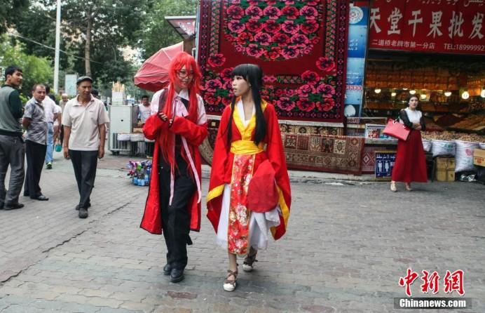 高清:乌鲁木齐高中生街头上演cosplay秀--中青高中学生证件照男图片