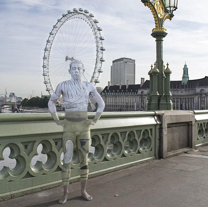 """神奇人体彩绘艺术:模特在英国地标建筑前""""隐身""""(高清)"""