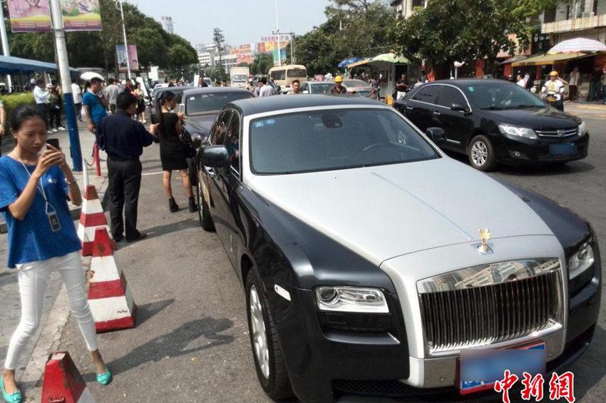 10月16日,广西北海街头突然出现多名美女乘坐劳斯莱斯幻影高清图片