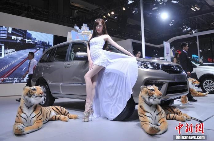 高清:重庆车博会 美女模特秀吸眼球