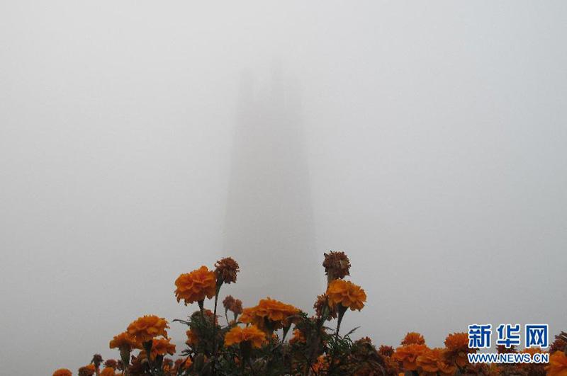 10月25日拍摄的雾霾笼罩下的河北唐山抗震纪念碑广场