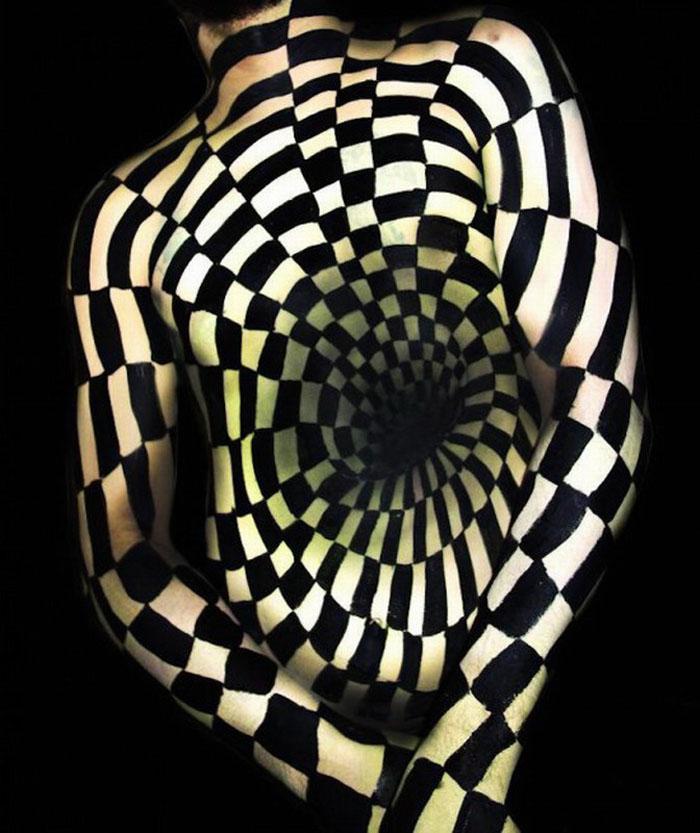 成人艺术片_高清:美国艺术家创作扭曲人体画 制造视觉奇观