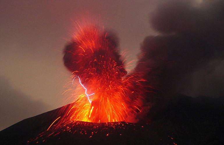 火山爆发将高温燃烧的火山灰喷溅到空气中,并伴随着震耳欲聋的冲击波.