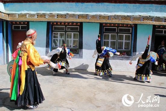 79岁的尼玛指导年轻人练习久河卓舞 王甲摄-千年 久河卓舞 焕发蓬勃生