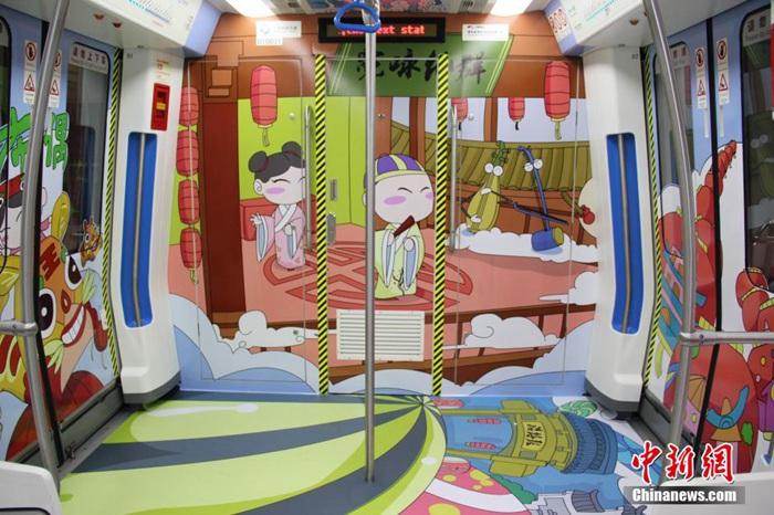 高清:手绘卡通专列亮相 展海上丝绸之路文化元素
