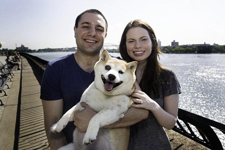 爱笑的小狗狗?对,你没有听错!据英国《每日邮报》6月2日报道,来自纽约的一只11岁的柴犬因其面部特征看起来就像是时时刻刻都在微笑,甚至在去往兽医的路上也笑不拢嘴,被网友誉为全球最幸福的小狗。 大大的眼睛,宽宽的嘴巴,粉色的小舌头跳出来,温暖的笑容瞬间将人融化。这只由纽约安德鲁(Andrew)夫妇抚养已经11年的柴犬可以说是他们俩的小天使,它不仅仅曾担任花童见证夫妻俩的爱情,更是他们日常生活中的不可缺少的大宝宝。小柴犬特别乖,从不会制造混乱或者破坏东西,它永远是以大大的笑容像你撒娇,纵然现在患有库兴