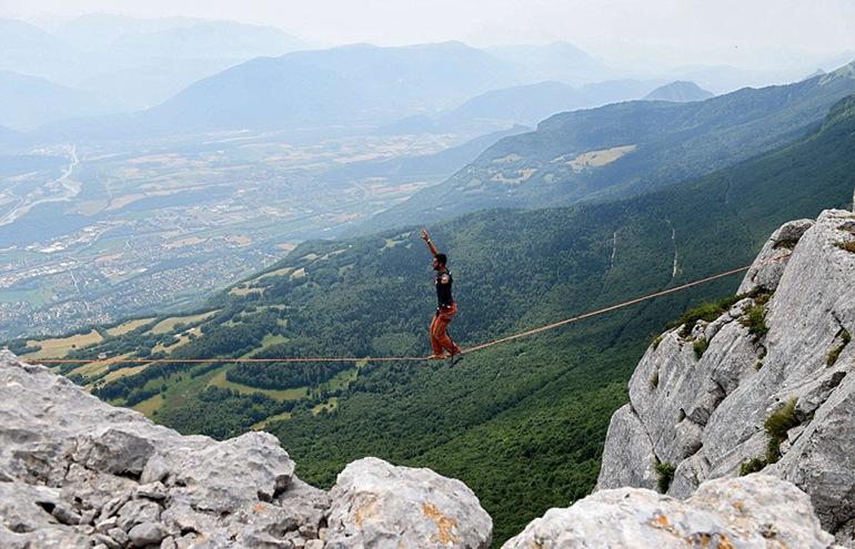11周的宝宝图片高清:法国男子挑战469米悬崖上走钢丝--旅游频道_权威全面报道旅游b型血的水象星座