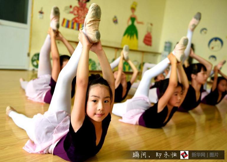 高清:舞蹈小美女 暑期学艺忙