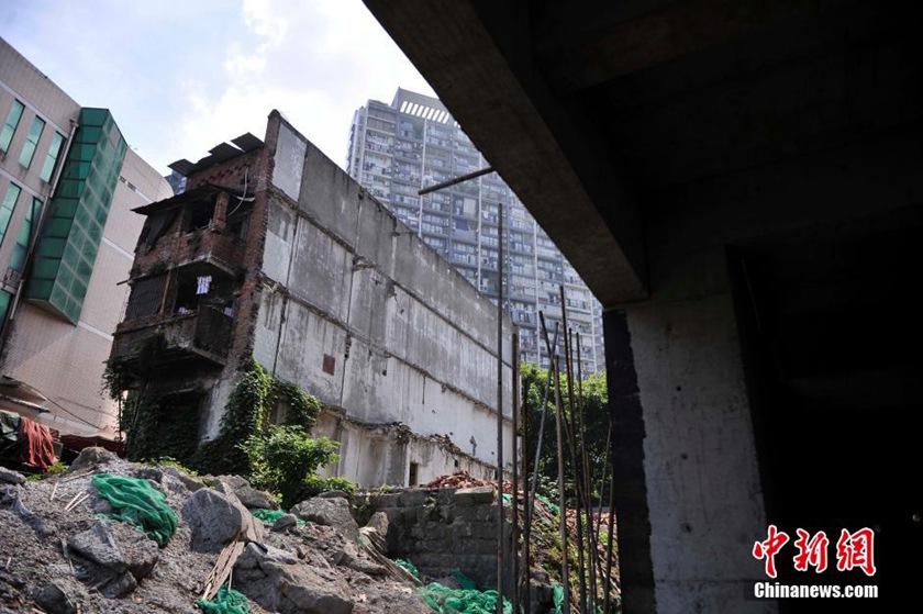 高清 重庆 钉子旅馆 拆迁未谈妥 侧墙斩断仍营业图片