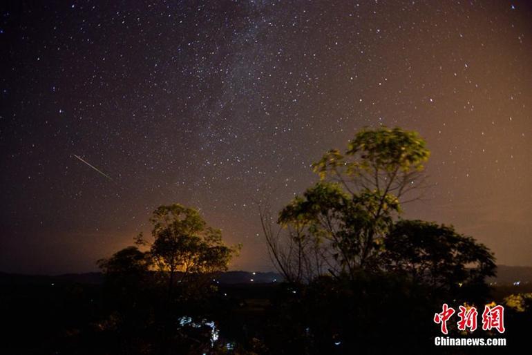 星雨如期上演 夜空繁星美到窒息