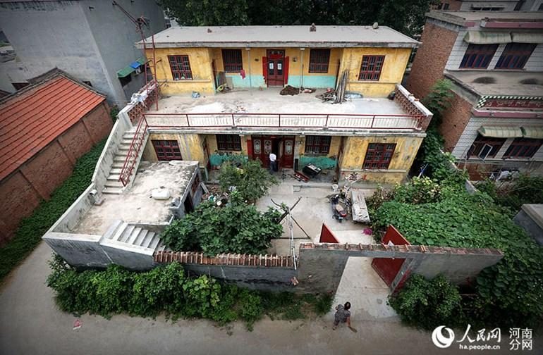 家里的二层小楼就是他们老两口一砖一瓦盖起来的