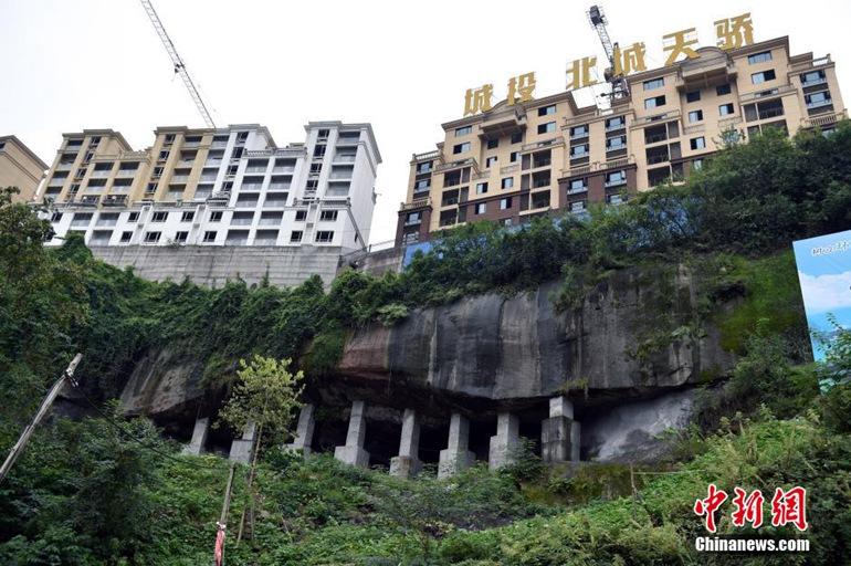 高清 重庆云阳高楼好似建在 顶梁柱 上图片