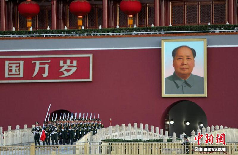 高清:北京天安门广场举行国庆升国旗仪式