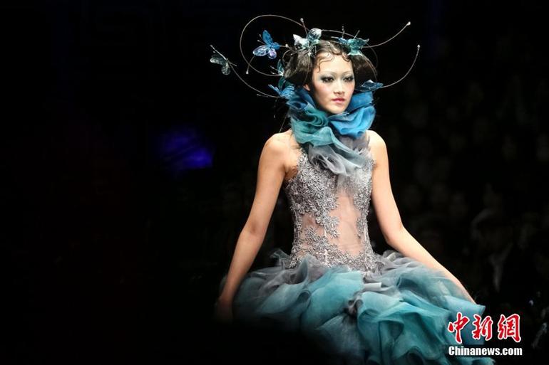 高清:模特彩妆造型走秀t台 靓丽外观夺人眼