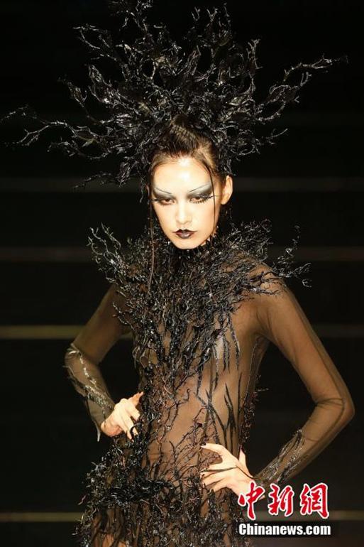 高清:模特彩妆造型走秀t台 靓丽外观夺人眼图片