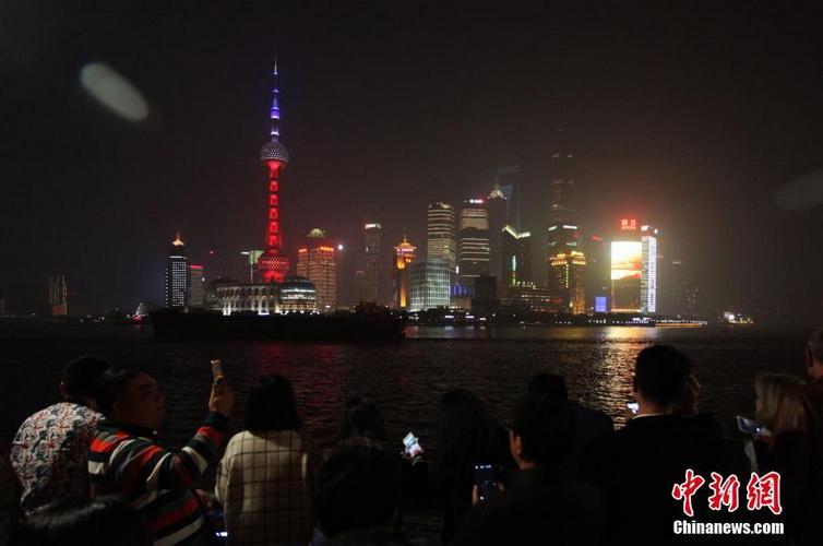高清:上海东方明珠亮起红白蓝三色为巴黎祈福