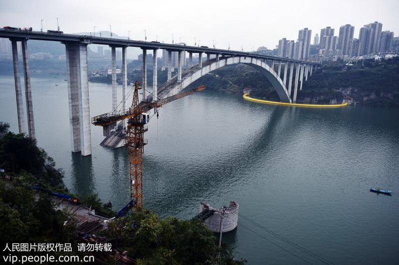 图为正式竣工投用的万州长江大桥南桥头防撞工程全貌.