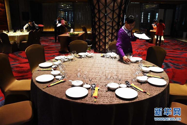 12月2日,一名参赛选手在进行中餐宴会摆台.新华社发(王忠虎 摄)图片